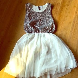 Sparkling and pretty sequined dress!